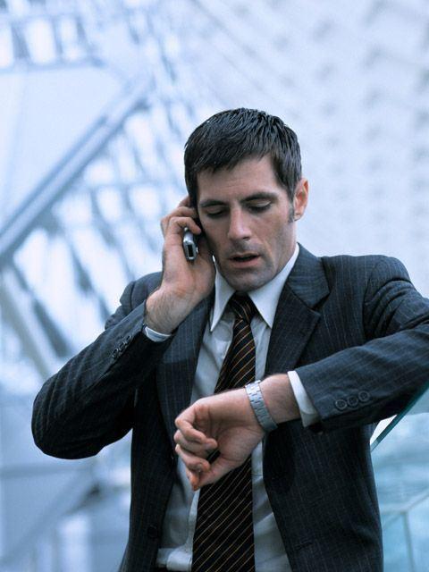 hombre-con-telefono-mirando-reloj
